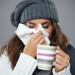 tomando un bebida caliente contra la gripe